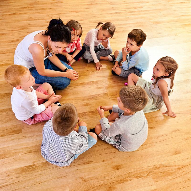 Groupe d'enfants et animatrice